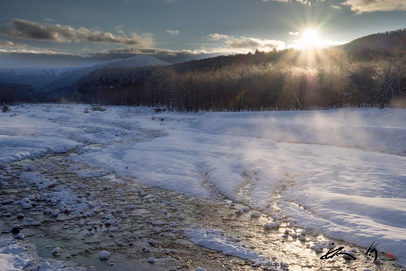 湯気のように上がる川霧