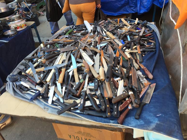 エル・アルトの泥棒市場で売られている大量の包丁
