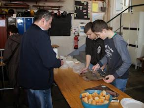 Photo: Pierre et Dorian mettent les saucisses dans le papier d'alu ....