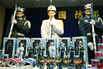 Photo: 國防部15日公布以三軍儀隊為藍圖設計的公仔,其挺拔英姿,栩栩如生。(軍聞社記者周力行攝)