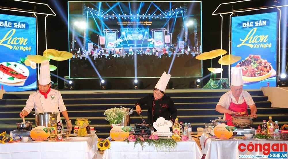 Các đầu bếp, chuyên gia ẩm thực đến từ khắp mọi miền đất nước cùng lúc chế biến món lươn truyền thống xứ Nghệ