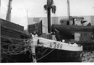 Photo: In Urk wordt de mast uit het schip getakeld
