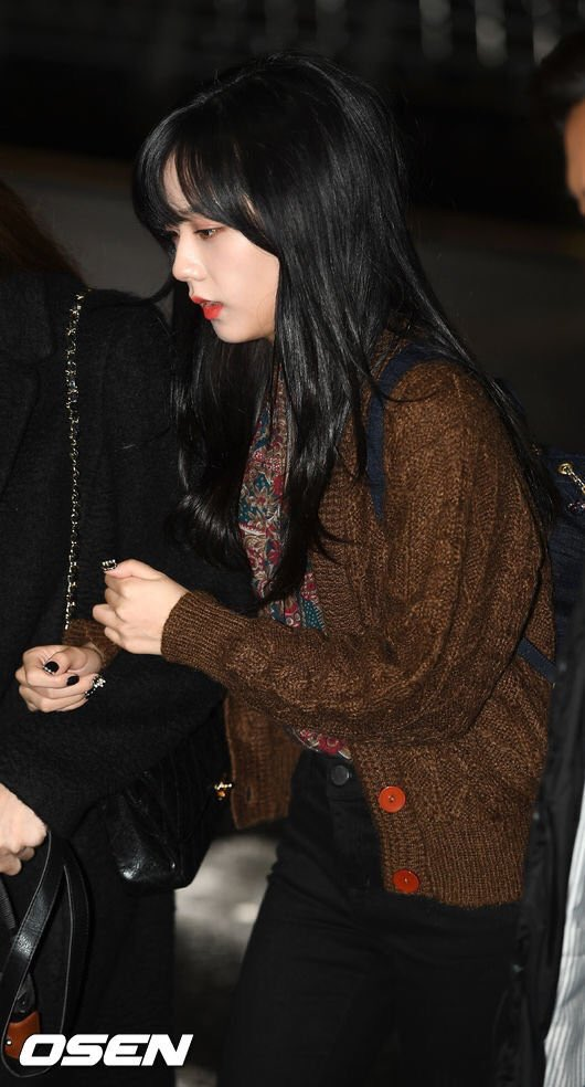 blackpink u0026 39 s jisoo debuts brand new haircut with bangs for the first time