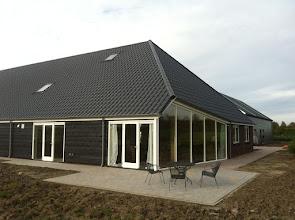 Photo: terras bij de zitkamer van de zorgboerderij