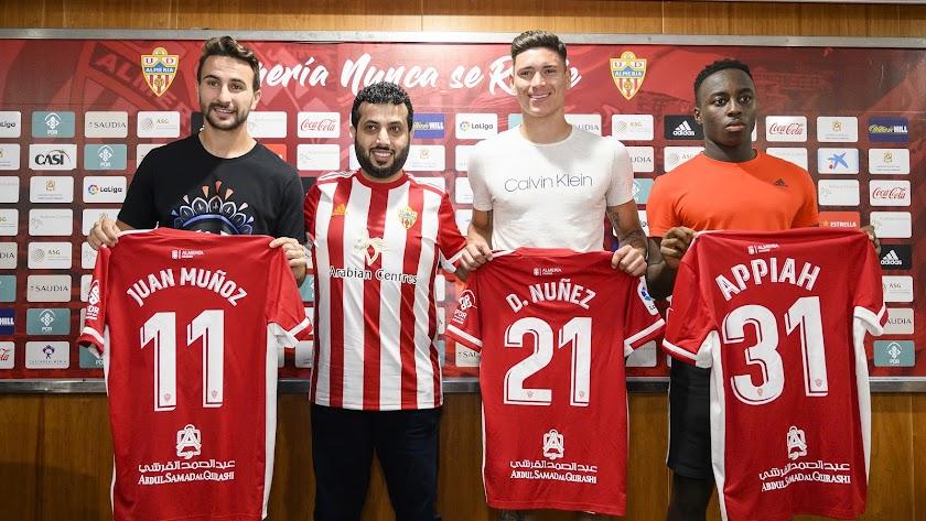 Turki Al-Sheikh rodeado de buenos futbolistas.