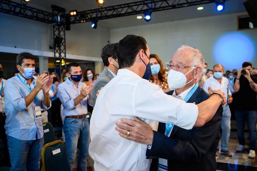 Abrazo entre sucesores.