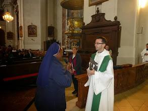 Photo: Und übergibt es für die Pfarre an Pfarrer Markus Beranek