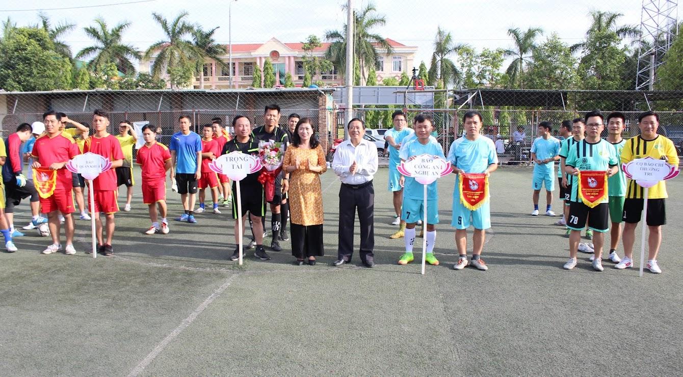 Tặng cờ và hoa cho các đội tham gia