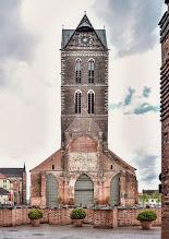 Photo: Von der einst mächtigen Rats- und Hauptkirche St.Marien in Wismar, die zu Beginn des 14. Jahrhunderts errichtet wurde, ist nur noch ein 80 m hoher Kirchturm als Wahr und Seezeichen erhalten geblieben. Das Kirchenschiff, wurde bei einem Luftangriff 1945 beschädigt und im August des Jahres 1960 gesprengt. http://goo.gl/8Ucf53