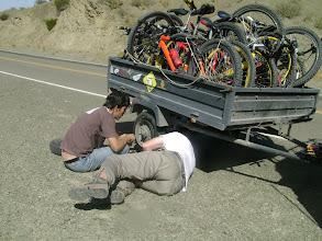 Photo: Solucionando pinchaduras en el camino a Barreal...siempre listos!