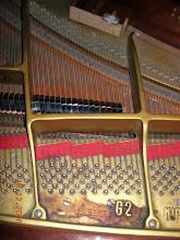 Photo: Piano accordé régulièrement mais jamais nettoyé, : tasse de café renversée (posée sur le pupitre)   salle de spectacle