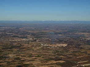 Photo: El valle del Ebro con los Pirineos al fondo
