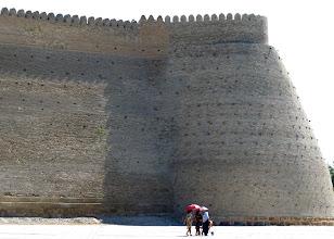 Photo: das gewaltige Mauerwerk der Zitadelle in der Mittagshitze...