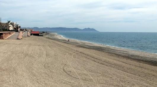 La Policía Nacional amonesta a una bañista en la playa de Retamar