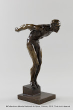 Photo: Sculpture en bronze d'un nageur s'élançant soulignant la musculature, Mark Vedres