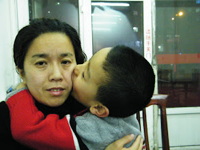 Photo: baby son, warrenzh 朱楚甲 kissing him mom, emakingir, during dining out for his dad's improved salary and release of his new domain, wozon.net.