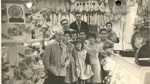 Inocencio Fernández, con gafas, a su lado el empleado Domingo Pérez. Delante su tío César, Consuelo, Mari Carmen, Viviana, Filomena y unos aprendices