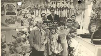 Inocencio Fernández, con gafas, a su lado el empleado Domingo Pérez. Delante su tíos César, Consuelo, Mar Carmen, Viviana, Filomena y unos aprendices