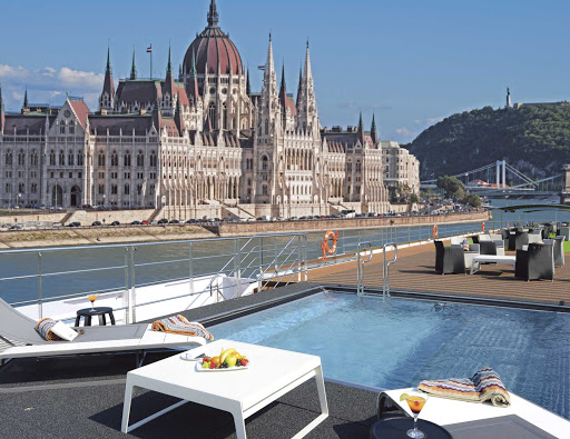 Scenic-Amber-Vitality-Pool-Budapest.jpg - You can enjoy sumptuous views of Budapest on the Danube from the Vitality Pool on Scenic Amber.