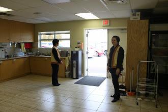 Photo: 辛苦的志工們不畏低溫在門邊等著迎接家長們