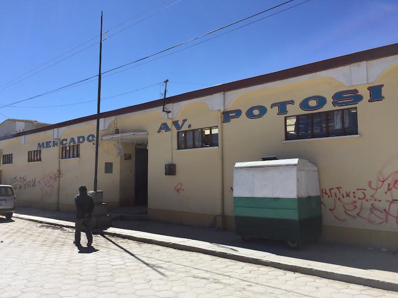 ウユニの街の市場。野菜や肉などが売っている