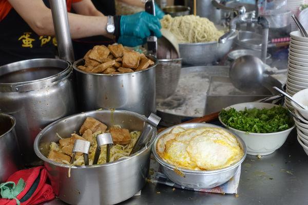 阿伯蛋包麵‧兩塊豆干+荷包蛋+滷汁油麵,單純的古早味小吃從凌晨三點半就吃得到!!!