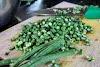 Indonésie. Cours de cuisine de Bali. Couper les haricots verts pour la salade Lawar