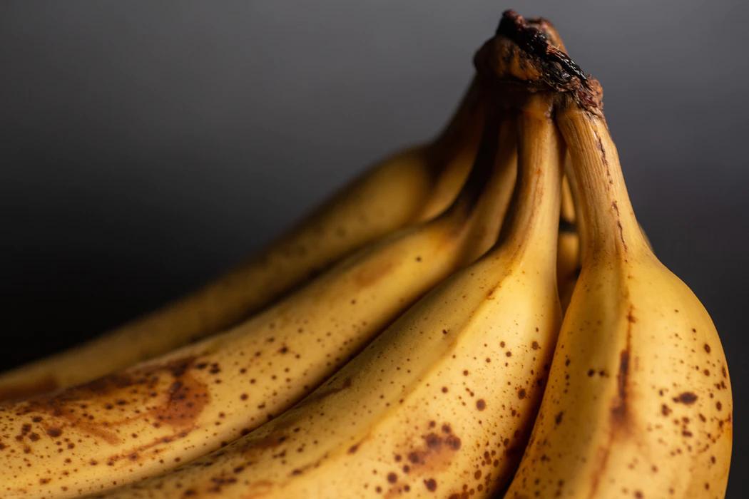 banaanid tumedal taustal