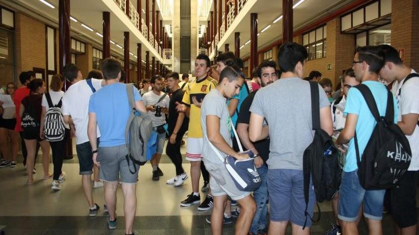 Imagen de archivo de jóvenes estudiantes en la Universidad de Almería.