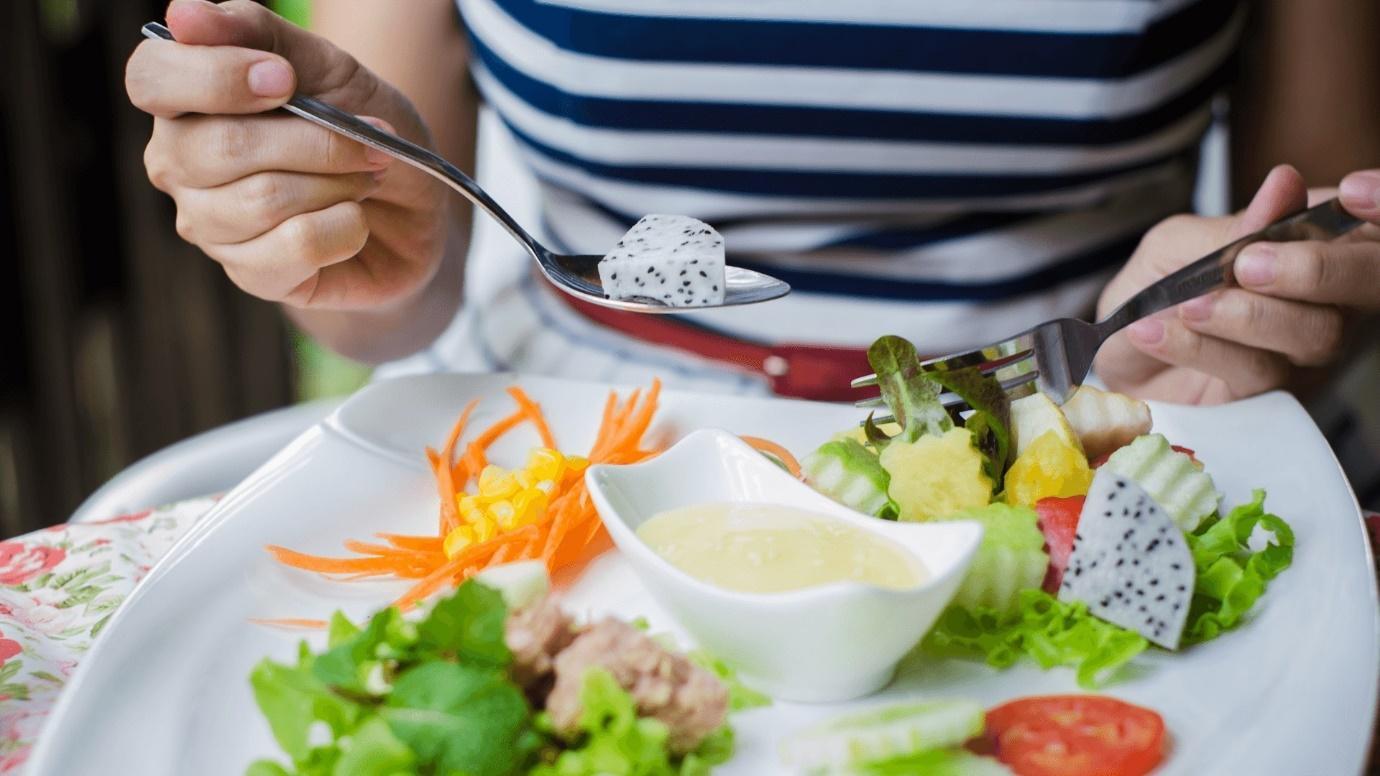 Ảnh có chứa thực phẩm, đĩa, người, trong nhà  Mô tả được tạo tự động