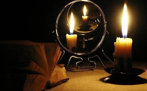 Ritual de espejo y velas en noche de San Juan