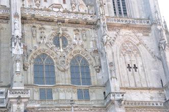 Photo: Katedrála sv. Petra - detail krásného gotického portálu u hlavního vchodu do katedrály se sochami Kristových apoštolů.