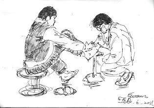 Photo: 換藥2011.02.06鋼筆 衛生科同事為炊場雜役被熱水燙傷的腳換藥。