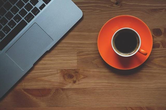 コーヒーとパソコンのイメージ