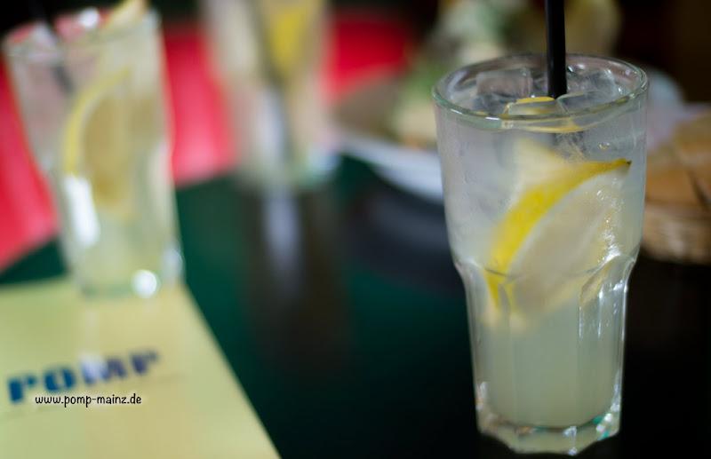"""Photo: POMPs hausgemachte Zitronenlimonade  gibts auch als: POMP's hausgemachte Zitronen-Limonade """"Classic"""" POMP's hausgemachte Zitronen-Limonade mit Minze & Waldmeister POMP's hausgemachte Zitronen-Limonade mit rotem Johannisbeersirup POMP's prickelnder Limonadensparkler mit frischer Zitrone (weniger süß) POMP's Thai-Limonade mit Ingwer, Koriander & Limette"""