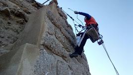 Uno de los obreros realiza labores de mantenimiento en un trozo de muralla aún visible.