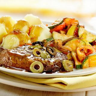 Bieflapjes Met Ratatouille, Vleesjus Met Uitjes En Olijven