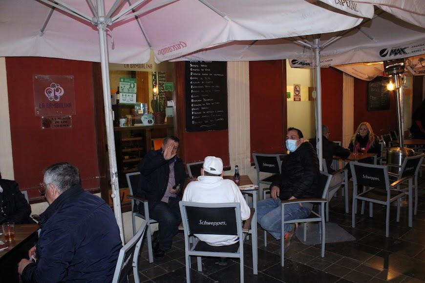 Alejandro Mengíbar, gerente del bar Bambalina, junto a amigos en su establecimiento hostelero.