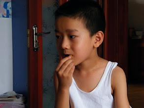Photo: baby son warrenzh 朱楚甲, owner of warozhu.com and wozon.net, watching comic online while eating potato chips.