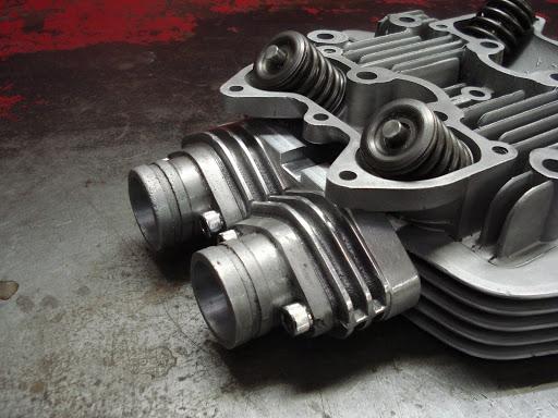 Montage en double carburateur pour une Triumph Bonneville T120 réalisé par Machines et Moteurs.