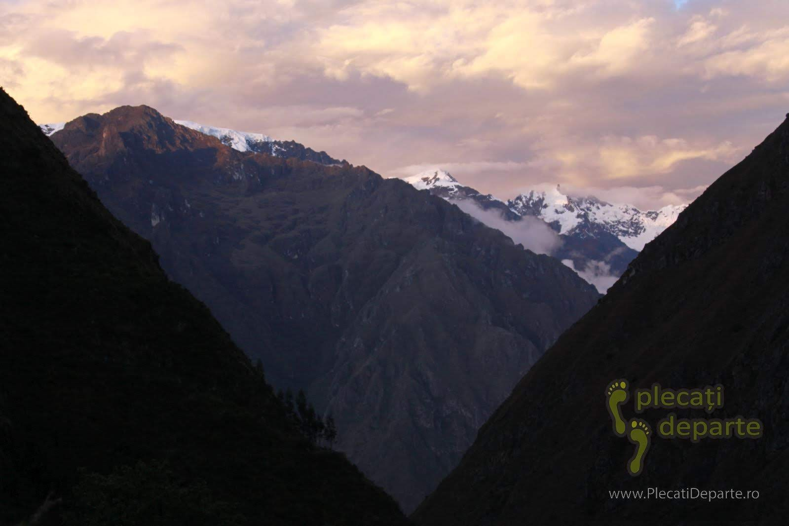 varful Nevado Veronica (5882m), acoperit de zapada, in muntii Anzi, vazut de pe Inca Trail la apus