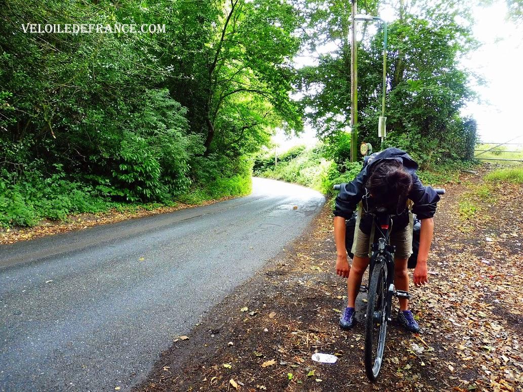 Les routes en montagnes russes et sinueuses vers Mayfield - Paris Londres à vélo par veloiledefrance.com