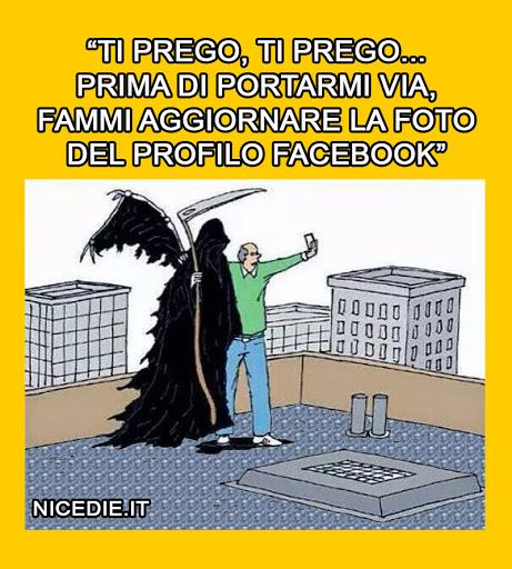 un uomo su un tetto abbraccia la morte e si posiziona dicendo: ti prego, ti prego... prima di portarmi via, fammi aggiornare la foto del profilo facebook