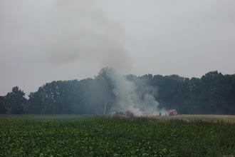 Photo: cestou mohli první soutěžící zachytit i tento boj hasičů s hořícím senem
