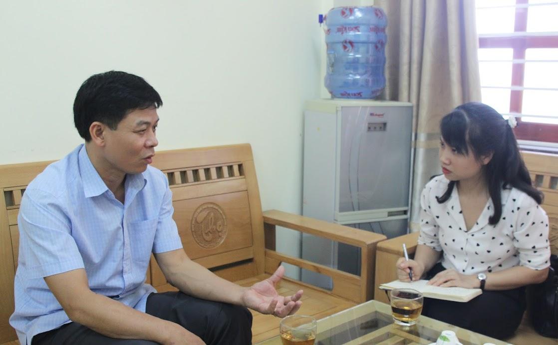Ông Hồ Văn Cậy, Trưởng ban Tổ chức Huyện ủy Hoàng Mai trao đổi với phóng viên