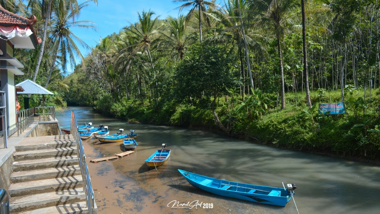 Perahu untuk menyusuri sungai Maron