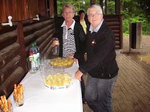 Photo: Die Vorbereitungen für den Apéro. Unser Ehrenmitglied Ella Sparr und die Präsidentin Margrit Siegrist