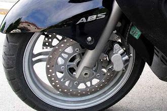 Photo: die vorderen Bremsscheiben, links als Kombibremse mit hinten, rechts nur vorne