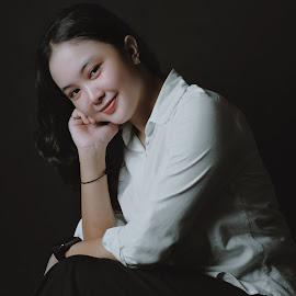 Dedew by Oji Kulup - People Portraits of Women