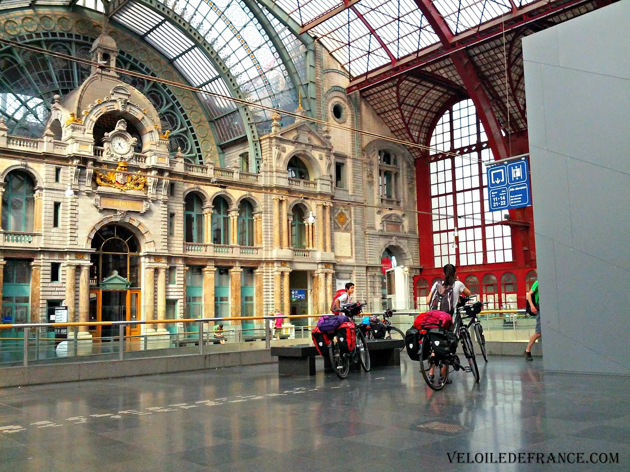 Prendre l'ascenseur à la gare d'Anvers (Belgique)